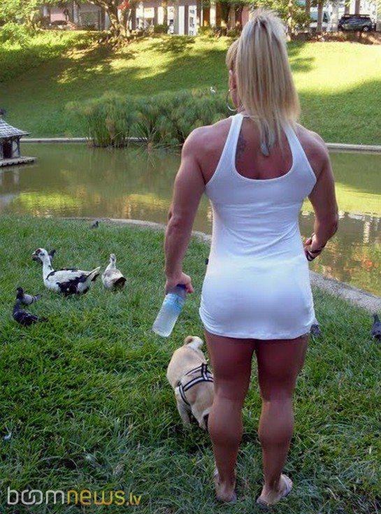 Пятеро парней подловили на озере купающюся девушку и попльзовались 7 фотография
